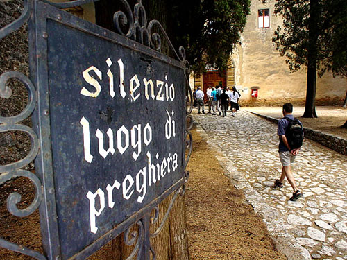 The entrance gate to the Lecceto monastery, requesting silence